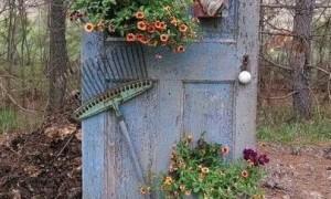 Украшение сада- старые двери