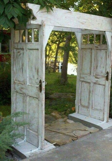 арка в саду из дверей