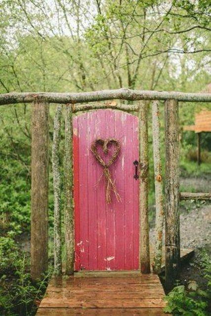 двери как украшение сада